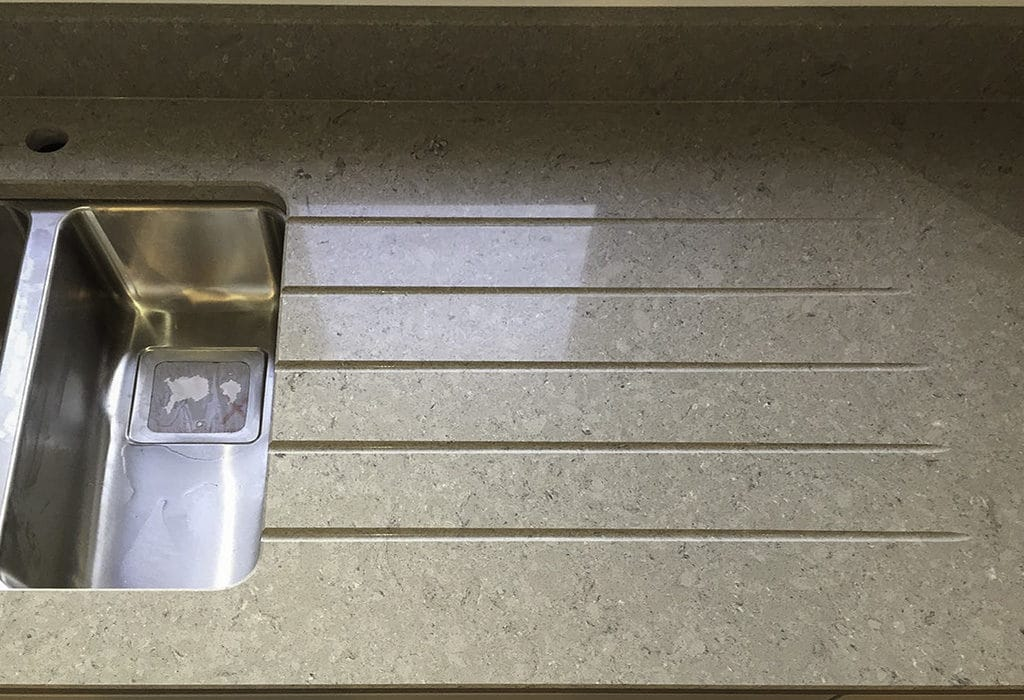 Kitchen worktop with draining grooves