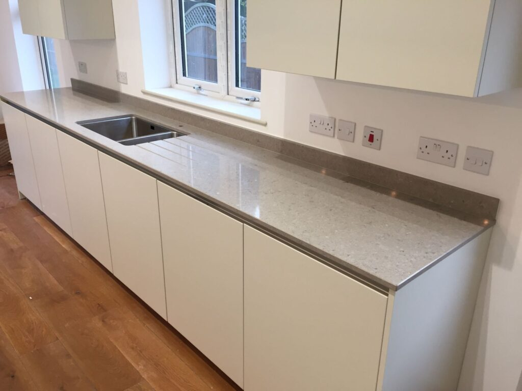 An upstand running along the back of the kitchen worktop behind the sink